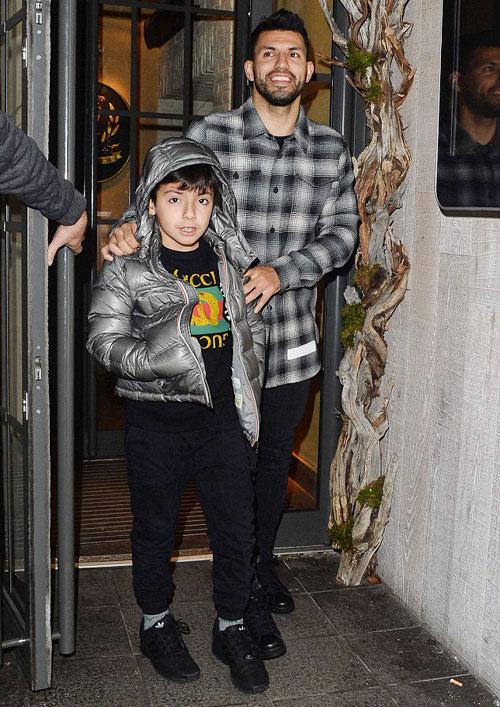 Aguero và con trai Benjamin rời nhà hàng