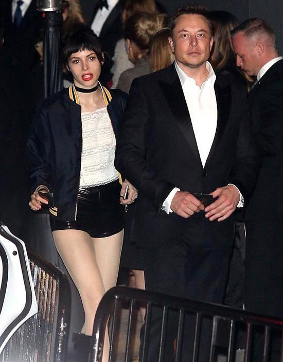 Elon Musk tham dự bữa tiệc tại khách sạn Chateau Marmont ở Tây Hollywood vào đêm chủ nhật. Ông chủ hãng xe điện Telsa gây chú ý khi đi cùng một cô gái bí ẩn. Hai người mặc đồ đen trắng ton sur ton.