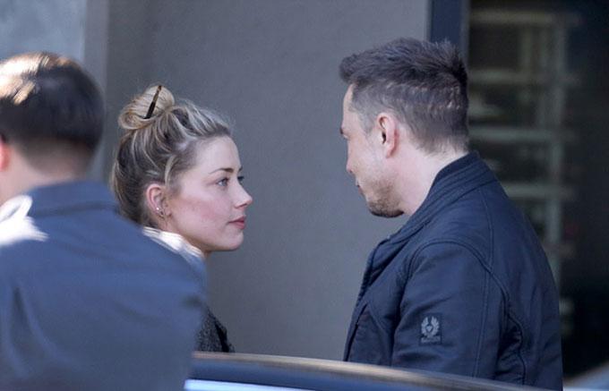 Amber Heard và tỷ phú công nghệ chỉ mới chia tay hồi tháng 2. Cặp đôi từng đi nghỉ năm mới ở Chile nhưng mối tình đã không kéo dài được lâu.