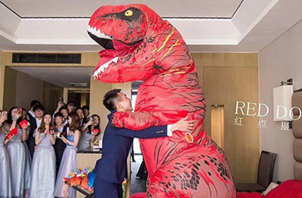 Cặp vợ chồng trẻ ôm chầm lấy nhau. Ảnh: Red Dot