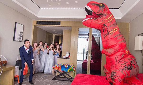 Chú rể ngạc nhiên khi thấy cô dâu làm khủng long chờ anh đến đón. Ảnh: Red Dot