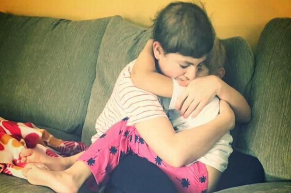 Jacob và Sophia ôm chặt nhau trong phòng bệnh viện. Ảnh: Facebook