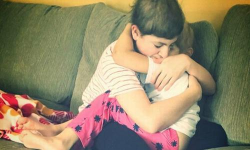 Hai anh em ung thư ôm động viên nhau trong phòng bệnh