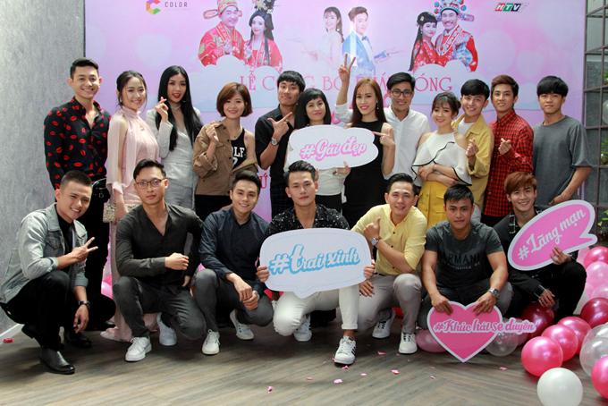 Cát Phượng - Kiều Minh Tuấn chụp ảnh với các trai xinh, gái đẹp tham gia Khúc hát se duyên.Chương trình dài 15 tập phát sóng vào tối thứ tư hàng tuần, bắt đầu từ ngày 7/3 trên Đài truyền hình TP HCM.