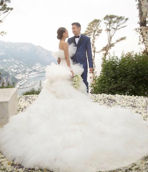 Ngày thứ hai, cô dâu chọn chiếc váy của Dolce and Gabbana khi cùng chú rể đến buổi tiệc tại một club ở biển mà cô dâu yêu thích, La Conca del Sogno.