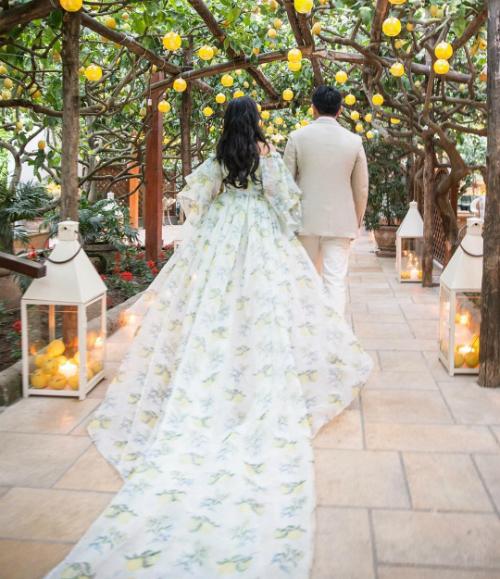 Trong đêm đầu tiên, cô dâu và chú rể đã tổ chức một buổi tiệc chào mừng tại Ristorante Da Paolino Capri để chào mừng các vị khách. Đêm tiệc lấy cảm hứng từ những trái chanh. Cô dâu mặc váy dài thướt tha do Moiselle thiết kế với họa tiết quả chanh được vẽ bằng tay và tên hai nhân vật chính kết bằng hình hoa chanh.