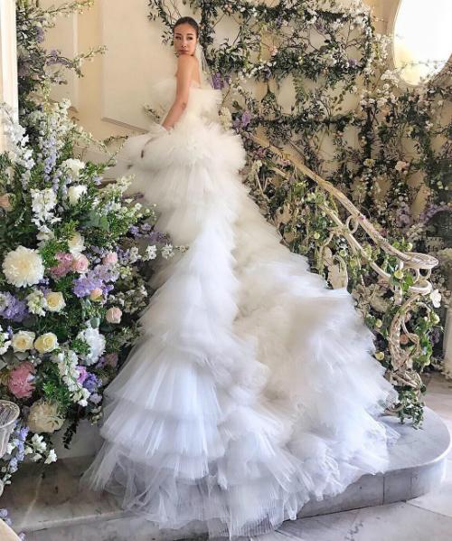 Cô dâu chọn chiếc váy cưới màu trắng tạo dáng như từng đóa bọt sóng của Giambattista Valli để bước trên lễ đường.