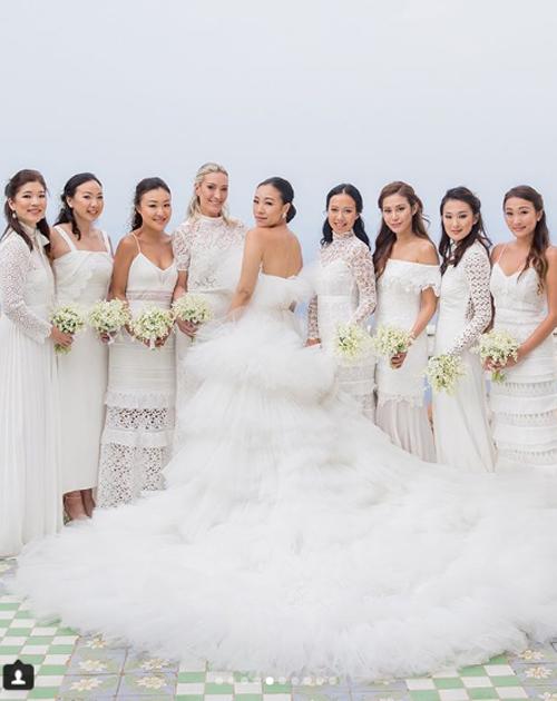 Tám phù dâu cũng mặc trang phục màu trắng được thiết kế phù hợp với không gian tiệc cưới ở biển.
