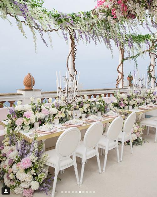 Sau hôn lễ chính thức, khách mời được thưởng thức móng tráng miệng bày trên một chiếc bàn ngập hoa. Điều đặc biệt, đó là những bông hoa ăn được bởi chúng được làm bằng đường.