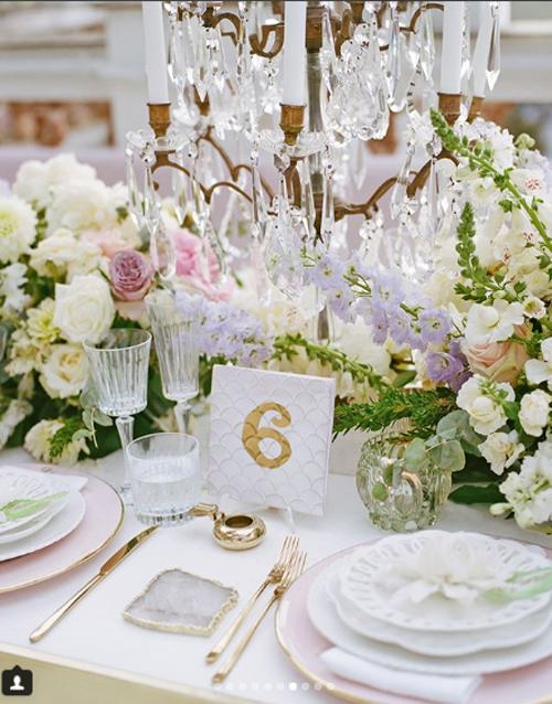 Bàn tiệc được sắp xếp một cách tinh tế với gam màu pastel dịu nhẹ.