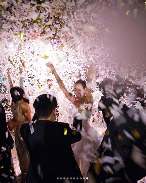Hôn lễ của cô nàng thời trang kết thúc bằng bữa tiệc với bánh mì nướng, rượu champagne và pháo hoa.