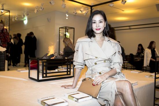 Go So Young chia sẻ trên Instagram cá nhân loạt hình cô tham dự Tuần lễ Thời trang Paris 2018. Bà xã của Jang Dong Gun diện váy măng tô kết hợp giày da lộn, phong cách trẻ trung và hiện đại.