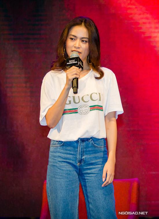 Trong cuốn tự truyện, Hoàng Thùy Linh kể lại cuộc đời mình, đặc biệt là scandal gây chấn động năm 19 tuổi khiến cô gần như mất tất cả. Cô từng chịu nhiều lời miệt thị của người đời, nhưng chính bố mẹ, bạn bè đã ở bên giúp cô mạnh mẽ hơn để đứng dậy làm lại từ đầu.