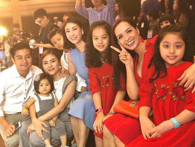 Gia đình Vân Trang, Thuý Hạnh và Hà Kiều Anh cùng các nhóc tì hội tụ sau một show diễn thời trang.