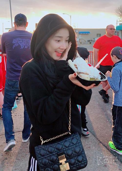 Nhã Phương bất chấp trời lạnh để thưởng thức món kem nổi tiếng. Nữ diễn viên chia sẻ: Trời thì lạnh nhưng mà nghe nói tiệm kem này ngon nhất khu này nên ăn bất chấp.
