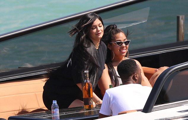 Một số người bạn thân của Kylie đi du lịch cùng.