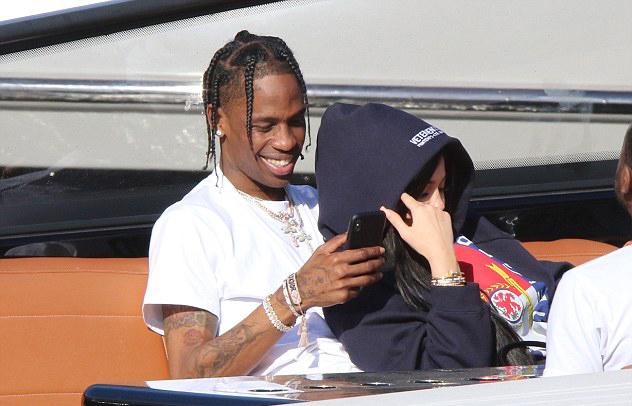 Khác với những cuộc hẹn hò bí mật trong suốt thời kỳ bầu bí, Kylie giờ đây đã thoải mái thể hiện tình cảm công khai bên rapper Travis Scott.