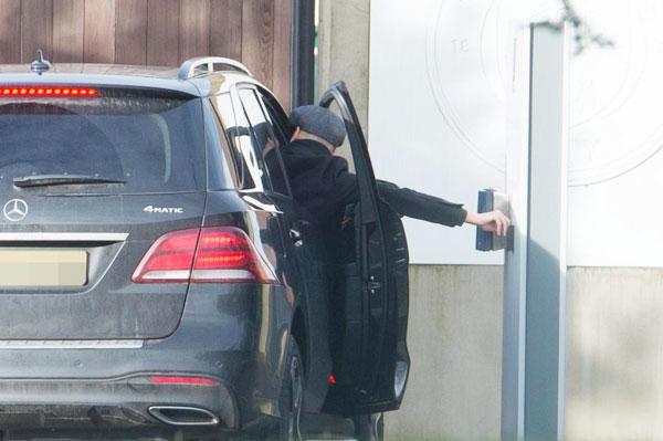 Sau đó, HLV Guardiola phải mở cửa xe để thu hẹp khoảng cách với nút bấm mở cổng.