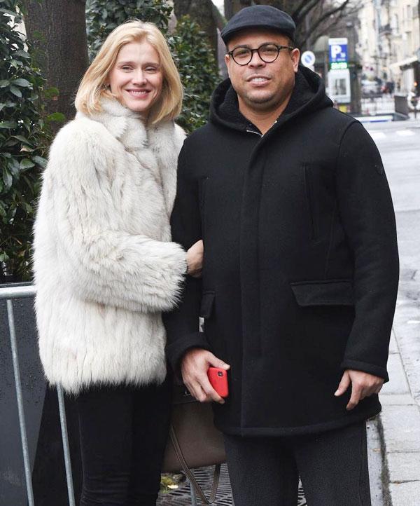 Ro Béo ngụy trang đi chơi với bạn gái trẻ tại Paris - 1