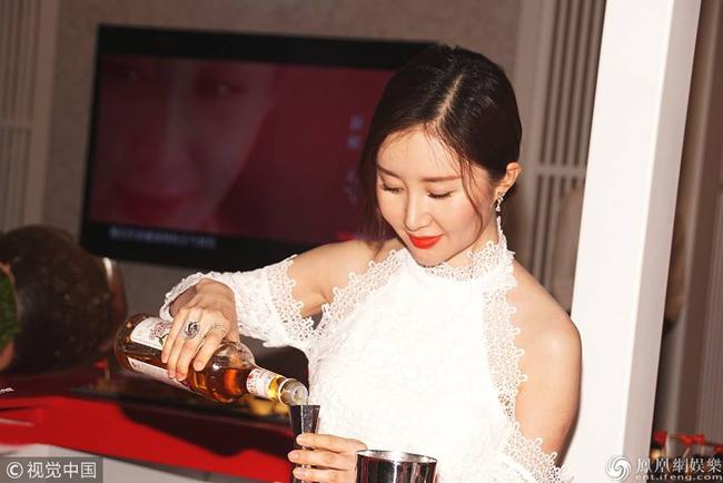 Thư Sướng góp mặt trong một sự kiện mà cô là đại sứ hình ảnh hôm 5/3. Nữ diễn viên Gia tộc Kim Phấn diện trang phục gợi cảm, môi đỏ quyến rũ.