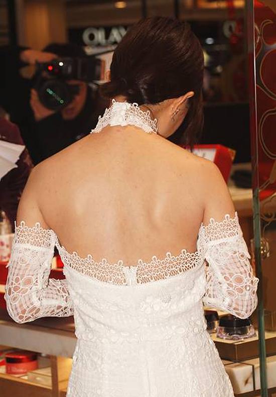 Bộ trang phục giúp ngôi sao Hoa ngữ khoe lưng trần nuột nà.