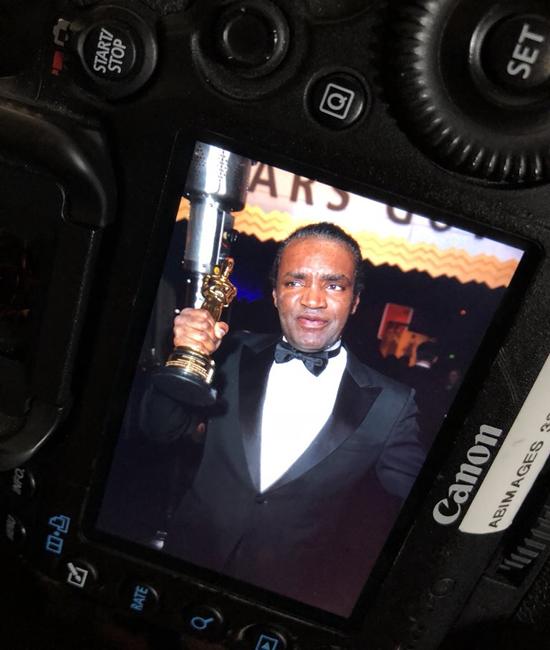 Phóng viên ảnh của New York Times vô tình chụp được hình ảnh Terry Bryant khoe tượng vàng.