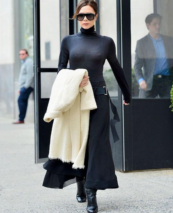Vic mặc cả cây đen tại New York hôm 5/3.