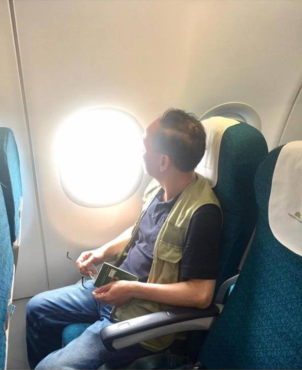 Bố Hương Giang trên máy bay sang Thái Lan.