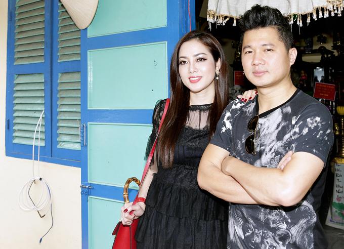 Vợ chồng Lâm Vũ lần đầu xuất hiện sau lễ đính hôn lặng lẽ tại Cà Mau. Bà xã của giọng ca Trái tim anh thuộc về em là Việt kiều Mỹ, ngoại hình khá xinh đẹp.