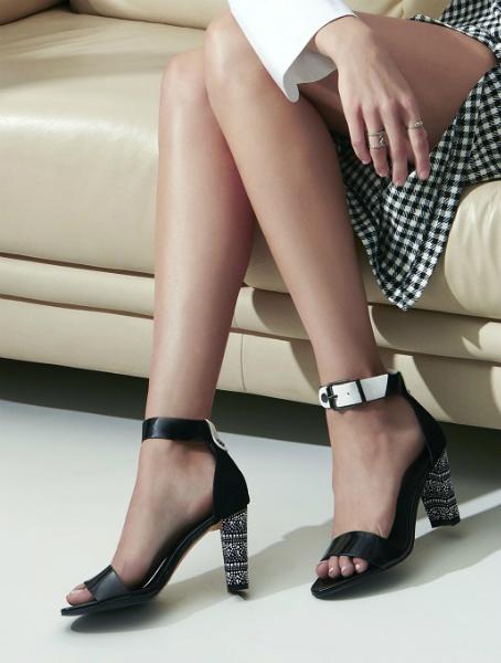 Giày gót cao phối cùng váy ngắn giúp tăng vẻ quyến rũ cho phái đẹp.