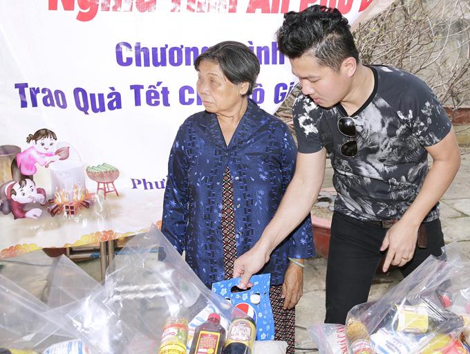 Vài năm gần đây Lâm Vũ không tổ chức sinh nhật mà dành một khoản tiền đi làm từ thiện, mừng tuổi mới. Anh cùng vợ về ngoại thành TP HCM trao những phần quà thiết thực như gạo, dầu ăn, nước mắm, bánh kẹo... và tiền mặt hỗ trợ các cụ già neo đơn.