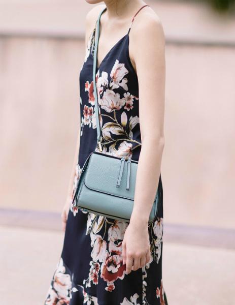Mẫu túi kích thước nhỏ, chất liệu da, tông pastel của Pazzion Vietnam phù hợp cho những buổi hẹn hò.