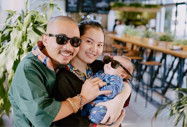 Gia đình hạnh phúc của chị Cẩm và anh Vũ.