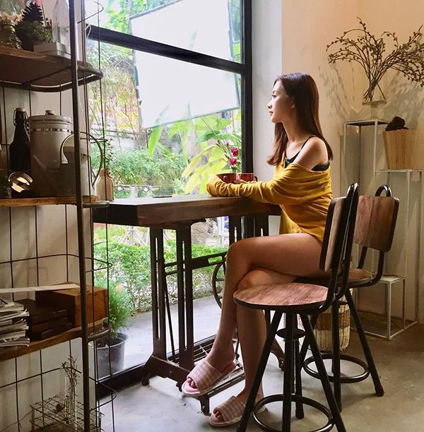 Thay vì những mẫu trang phục tôn nét cá tính như trước đây, Jun Vũ ưu tiên các mẫu váy áo giúp mình tôn vẻ đẹp gợi cảm.