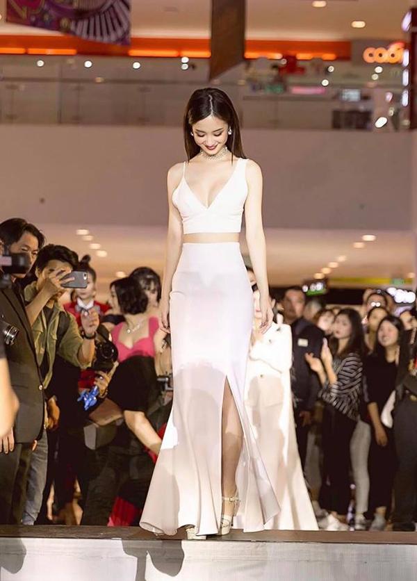 Vẫn ưu ái các mẫu áo khoe eo thon, nhưng khi xuất hiện trên thảm đỏ Jun Vũ lại kết hợp trang phục mình yêu thích với chân váy xẻ thướt tha.