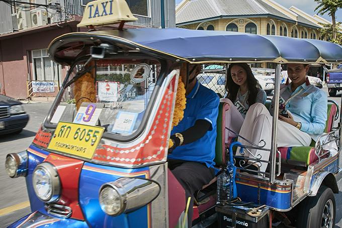 Hương Giang và các thí sinh đi xe tuktuk chào người dân Thái Lan sáng 7/3.