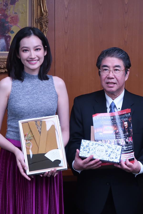 Nhận quà biểu tượng tình bạn từ Ngài Hidemori Chiba - Đại Diện ngoại giao Doanh Nghiệp Việt Nhật