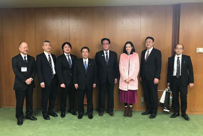 nhằm thắt chặt tình cảm của tỉnh Hokkaido , đây là cuộc gặp mặt của đại diện chính quyền tỉnh là ngài yasuhiro tsuji và đại sứ nụ cười Hoa Hậu Trúc Diễm với mong muốn giới thiệu văn hoá, du lịch Hokkaido đến với VN cũng như các sản phẩm nội địa Nhật đến với ng Viet