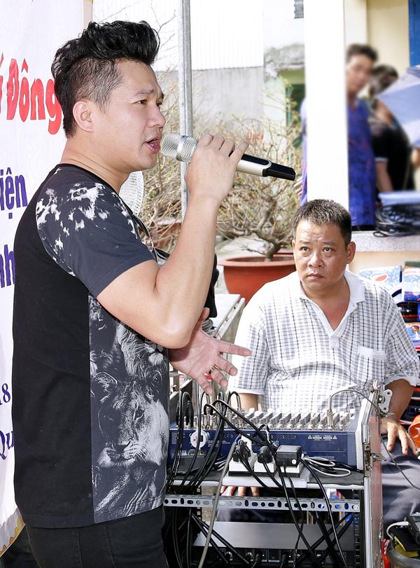 Mới đây nam ca sĩ ra mắt câu lạc bộ từ thiện gồm 12 thành viên chung nguyện vọnggiúp đỡ những mảnh đời kém may mắn trong xã hội.
