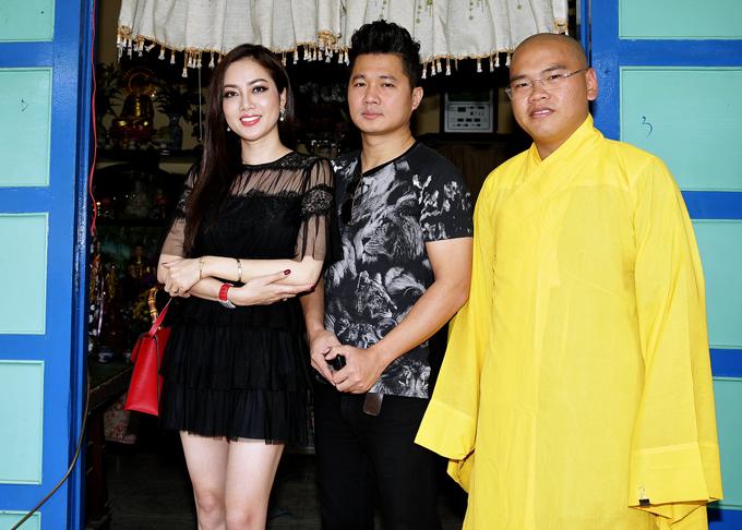Vợ Lâm Vũ khéo chọn trang phục tôn làn da trắng mịn màng.