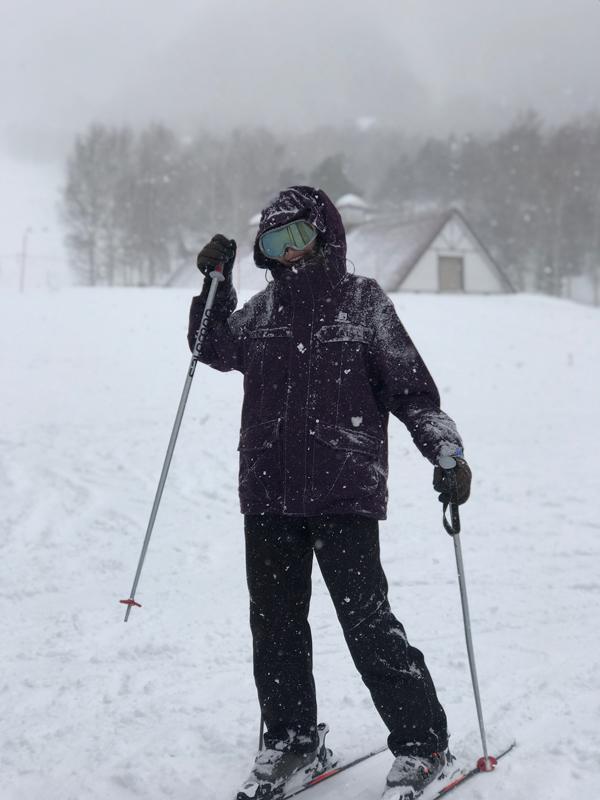 ...và người đẹp thử trượt tuyết.