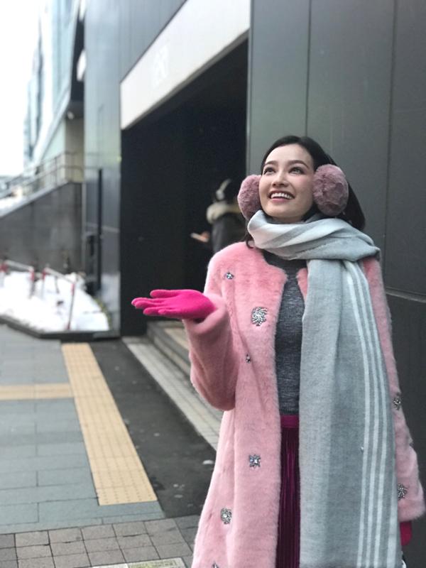 Trúc Diễm mặc kín bưng, cảm nhận không khí lạnh giá tại Sapporo.