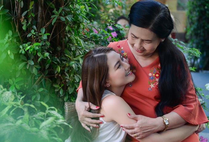 Ngọc Lan nhõng nhẽo khi chụp ảnh với mẹ - 6