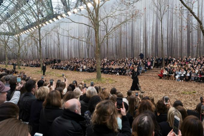 Người mẫu của Chanel sải bước trong khu rừng mùa thu