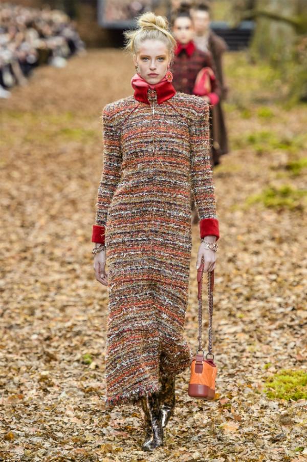 Người mẫu của Chanel sải bước trong khu rừng mùa thu - 9