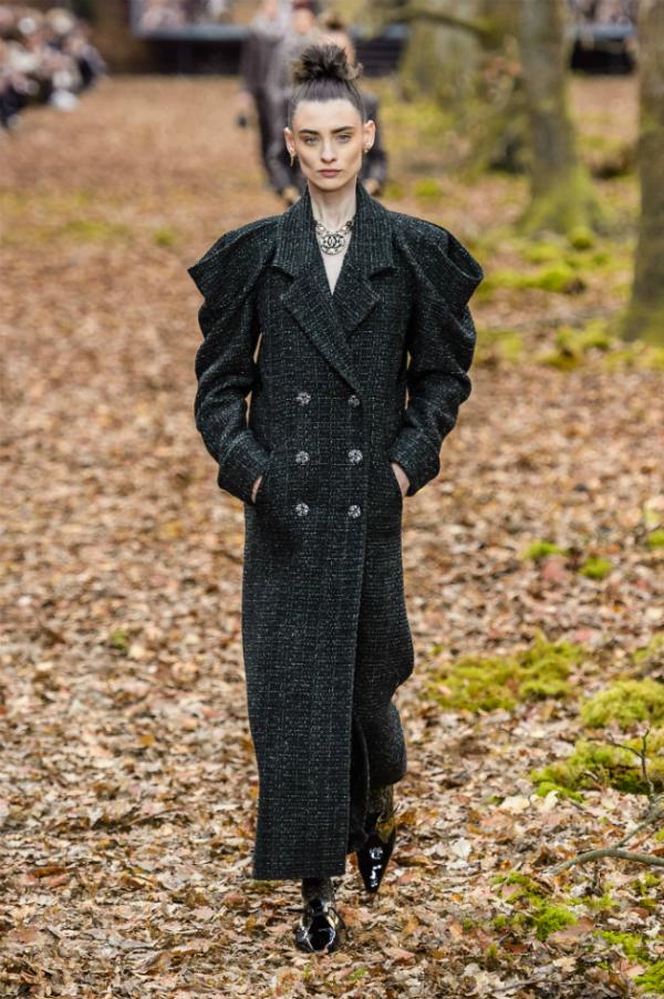 Người mẫu của Chanel sải bước trong khu rừng mùa thu - 3