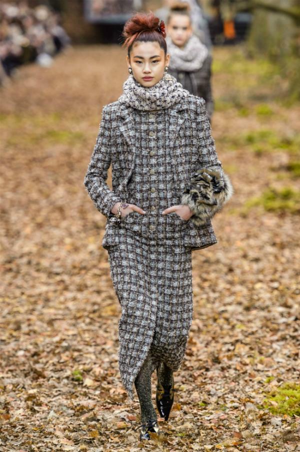 Người mẫu của Chanel sải bước trong khu rừng mùa thu - 4