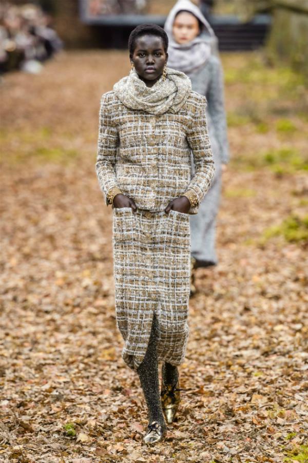 Người mẫu của Chanel sải bước trong khu rừng mùa thu - 5