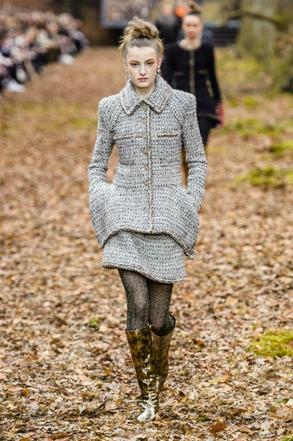 Người mẫu của Chanel sải bước trong khu rừng mùa thu - 6
