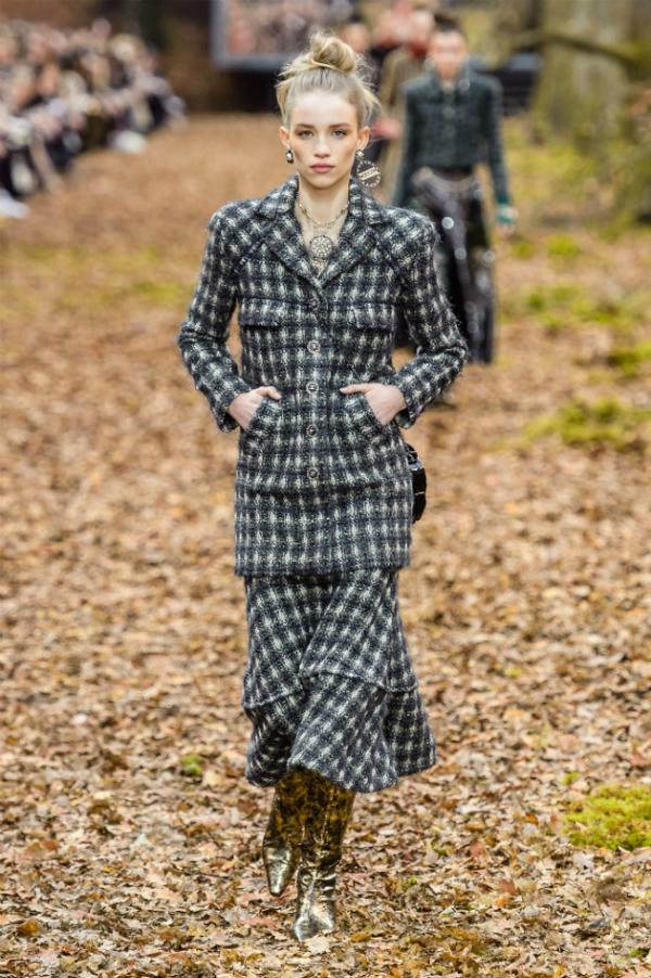 Người mẫu của Chanel sải bước trong khu rừng mùa thu - 7